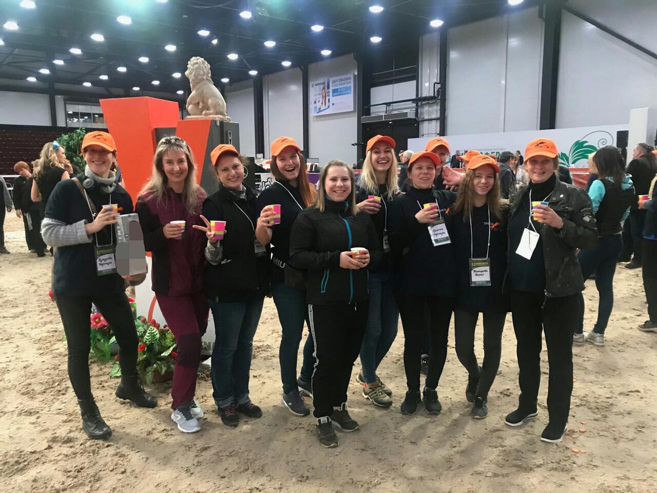 Волонтеры Высшей конной школы на выставке Иппосфера 2019